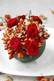 Étapes de faire la boule décorative avec la hanche rose, l'aubépine et le rowa Photo libre de droits