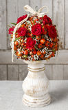 Étapes de faire la boule décorative avec la hanche rose, l'aubépine et le rowa Image stock