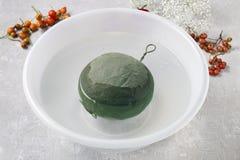 Étapes de faire la boule décorative avec la hanche rose, l'aubépine et le rowa Image libre de droits