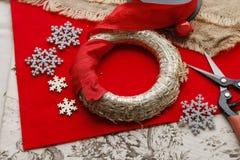 Étapes de faire la guirlande de porte de Noël Images libres de droits