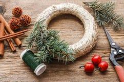 Étapes de faire la guirlande de porte de Noël Photographie stock