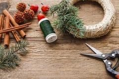 Étapes de faire la guirlande de porte de Noël Photographie stock libre de droits