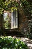 Étapes de jardin à une porte en bois solide Images stock