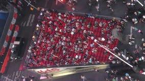 Étapes de rouge de Times Square de gens du pays et de touristes banque de vidéos