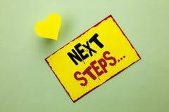 Étapes des textes d'écriture de Word prochaines Le concept d'affaires pour le plan suivant de stratégie de mouvements donnent la  Images stock
