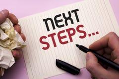 Étapes des textes d'écriture de Word prochaines Le concept d'affaires pour le plan suivant de stratégie de mouvements donnent la  Image stock