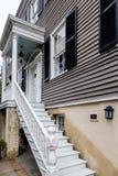 Étapes en bois blanches sur Grey Siding Home images libres de droits