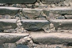 Étapes en pierre antiques amenant image stock