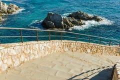 Étapes en pierre au-dessus de la mer Images libres de droits