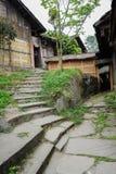 Étapes en pierre avant les bâtiments minables, Chine Photo libre de droits