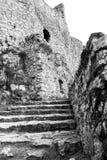 Étapes en pierre de émiettage et murs extérieurs de château Photos libres de droits