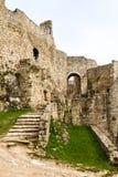 Étapes en pierre de émiettage et murs extérieurs de château Photos stock