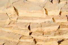 Étapes en pierre jaunes de vieilles pierres antiques cassées avec le sable Le fond Images libres de droits