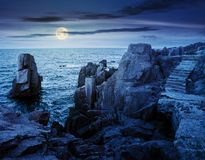 Étapes en pierre sur les falaises rocheuses au-dessus de la mer la nuit photographie stock libre de droits