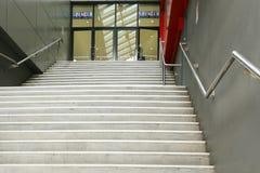 Étapes et entrée à Spencer Outlet Centre, centre commercial qui loge un grand mélange des points de vente Photos libres de droits