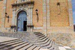 Étapes et entrée de l'église historique d'Altea Photo stock