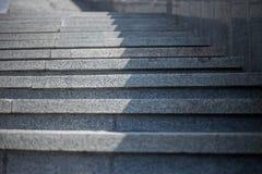 Étapes grises en pierre, montant Image libre de droits