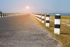 Étapes importantes, étapes importantes noires et blanches avec le bord de la route d'herbe verte, Photos stock