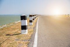 Étapes importantes, étapes importantes noires et blanches avec le bord de la route d'herbe verte, Photos libres de droits