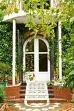 Étapes, porche et porte de nouvelle maison de village Photographie stock