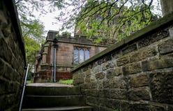 Étapes raides de l'entrée à la cour d'église Photo stock