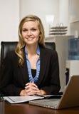 État confiant du relevé de femme d'affaires au bureau Photographie stock