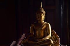 État d'or de Bouddha dans le style d'art comme fond images stock