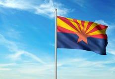 État de l'Arizona de drapeau des Etats-Unis ondulant l'illustration 3d réaliste de fond de ciel bleu illustration libre de droits