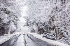État des routes glissant et glacial dangereux photo libre de droits