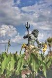 État Virginia Beach de Neptune entourée par les fleurs jaunes photos libres de droits