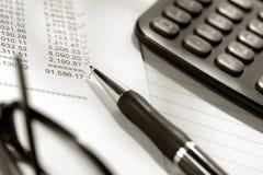 États financiers et crayon lecteur photographie stock