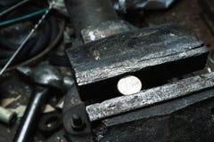 Étau au banc en métal avec 1 euro pièce de monnaie Photographie stock libre de droits