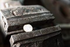 Étau au banc en métal avec l'euro pièce de monnaie Image libre de droits