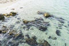 Étayez, des roches par la mer avec des vagues de la mer Méditerranée après Photo stock