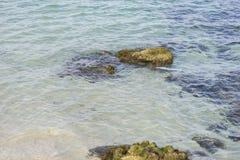 Étayez, des roches par la mer avec des vagues de la mer Méditerranée après Images stock
