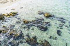 Étayez, des roches par la mer avec des vagues de la mer Méditerranée après Image stock