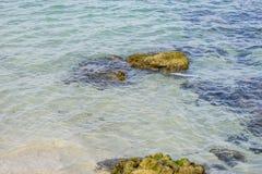 Étayez, des roches par la mer avec des vagues de la mer Méditerranée après Image libre de droits