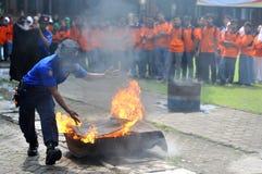 Éteignez le feu utilisant les outils simples images libres de droits