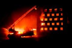 Éteignez-vous le feu d'une maison privée la nuit Jouez le camion de pompiers avec la longue échelle et le bâtiment brûlant la nui illustration stock