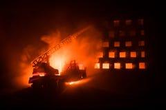 Éteignez-vous le feu d'une maison privée la nuit Jouez le camion de pompiers avec la longue échelle et le bâtiment brûlant la nui illustration de vecteur