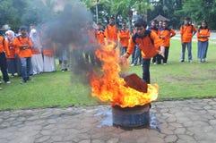 Éteignez-vous le feu de la manière traditionnelle photo libre de droits