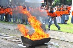 Éteignez-vous le feu de la manière traditionnelle photographie stock libre de droits