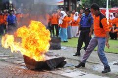 Éteignez-vous le feu de la manière traditionnelle images libres de droits