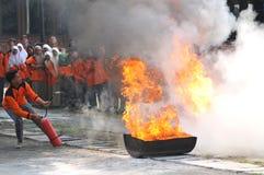 Éteignez-vous le feu de la manière traditionnelle image libre de droits