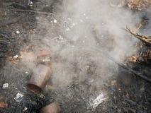 Éteignez-vous le feu des déchets photos libres de droits