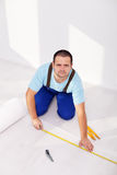 Étendant le plancher en stratifié - la couche d'isolation Image libre de droits
