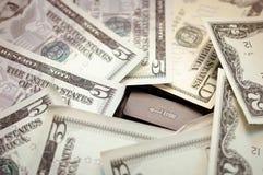 Étendez l'argent sur un clavier noir photographie stock libre de droits
