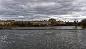 Étendue énorme de la rivière de Vltava avec la ville de Prague entourant sa banque photographie stock