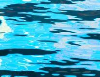 Étendue de l'eau dans la piscine comme fond image stock