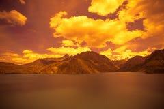 Étendue de lac Iskander-Kul tajikistan Dans des tons oranges photographie stock libre de droits